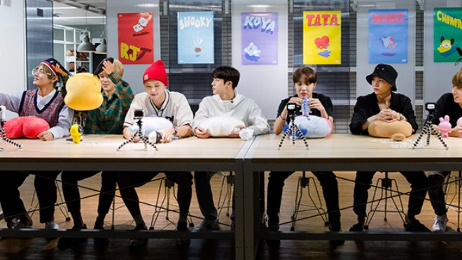 Tous les membres des BTS en pleine  réunions de création de l'univers BT et personnages BT21