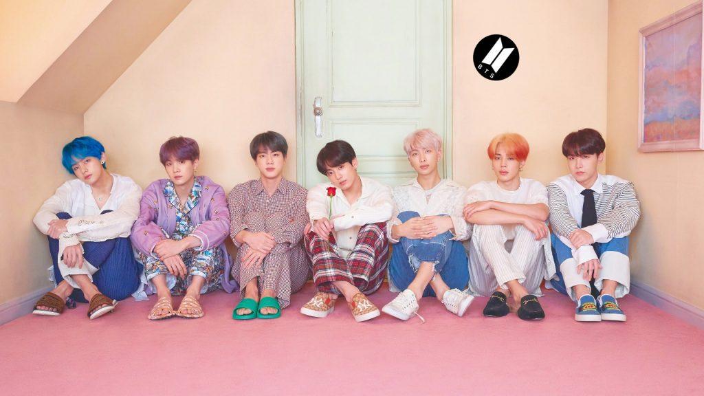 7 membres groupe kpop BTS assis par terre