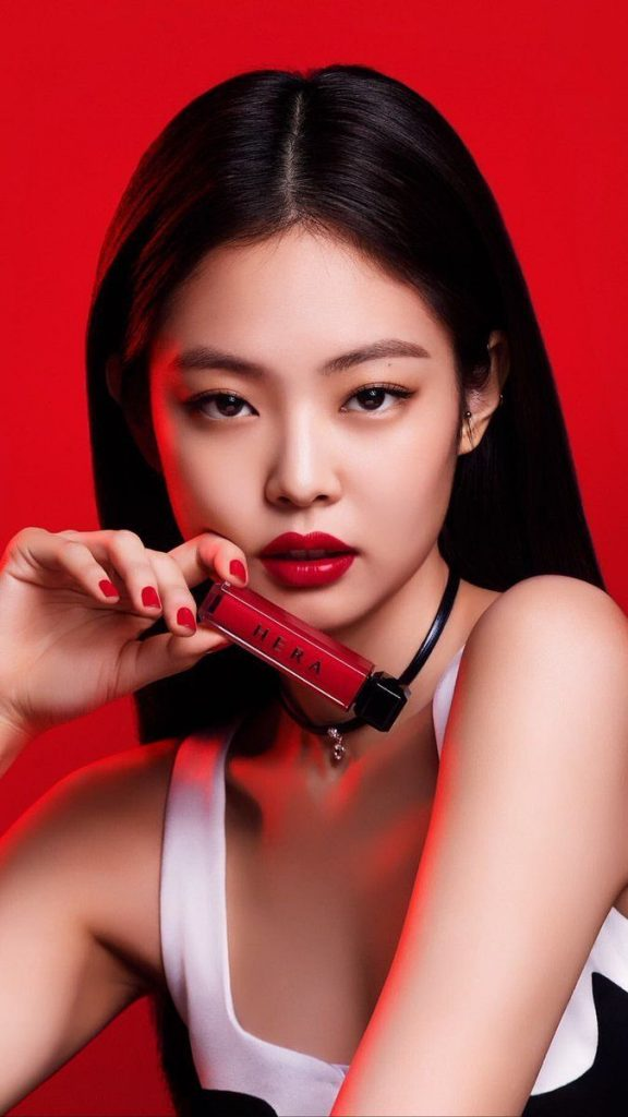 Jennie faisant la promotion du rouge à lèvre coréen de marque HERA