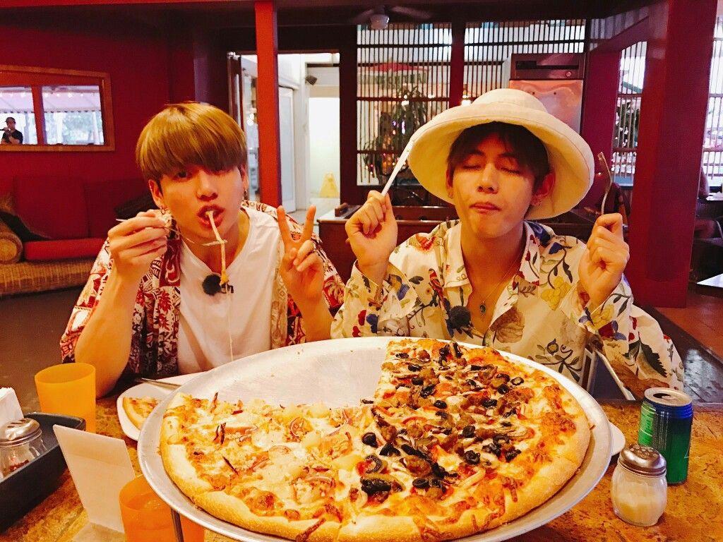 Jungkook v bts eat pizza